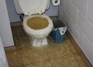 סתימה בשירותים בקומת קרקעAC